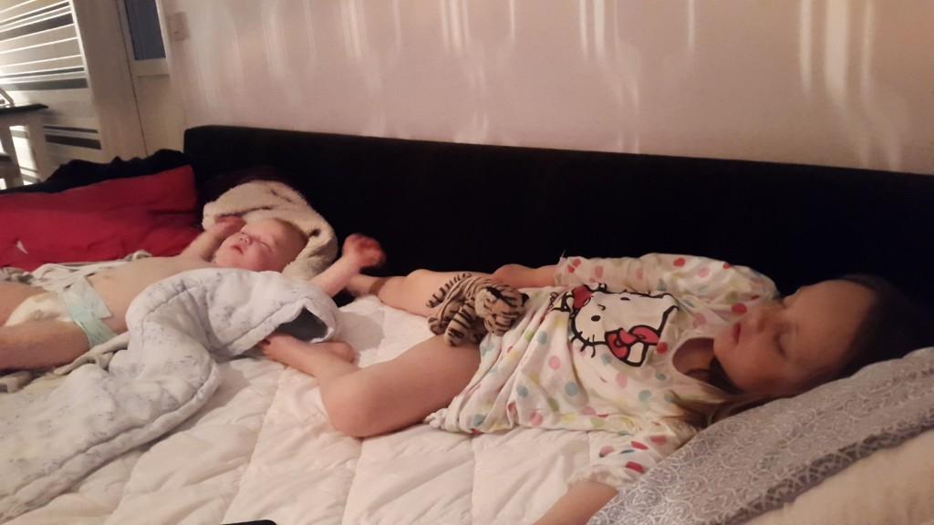 Sovande barn på soffan.