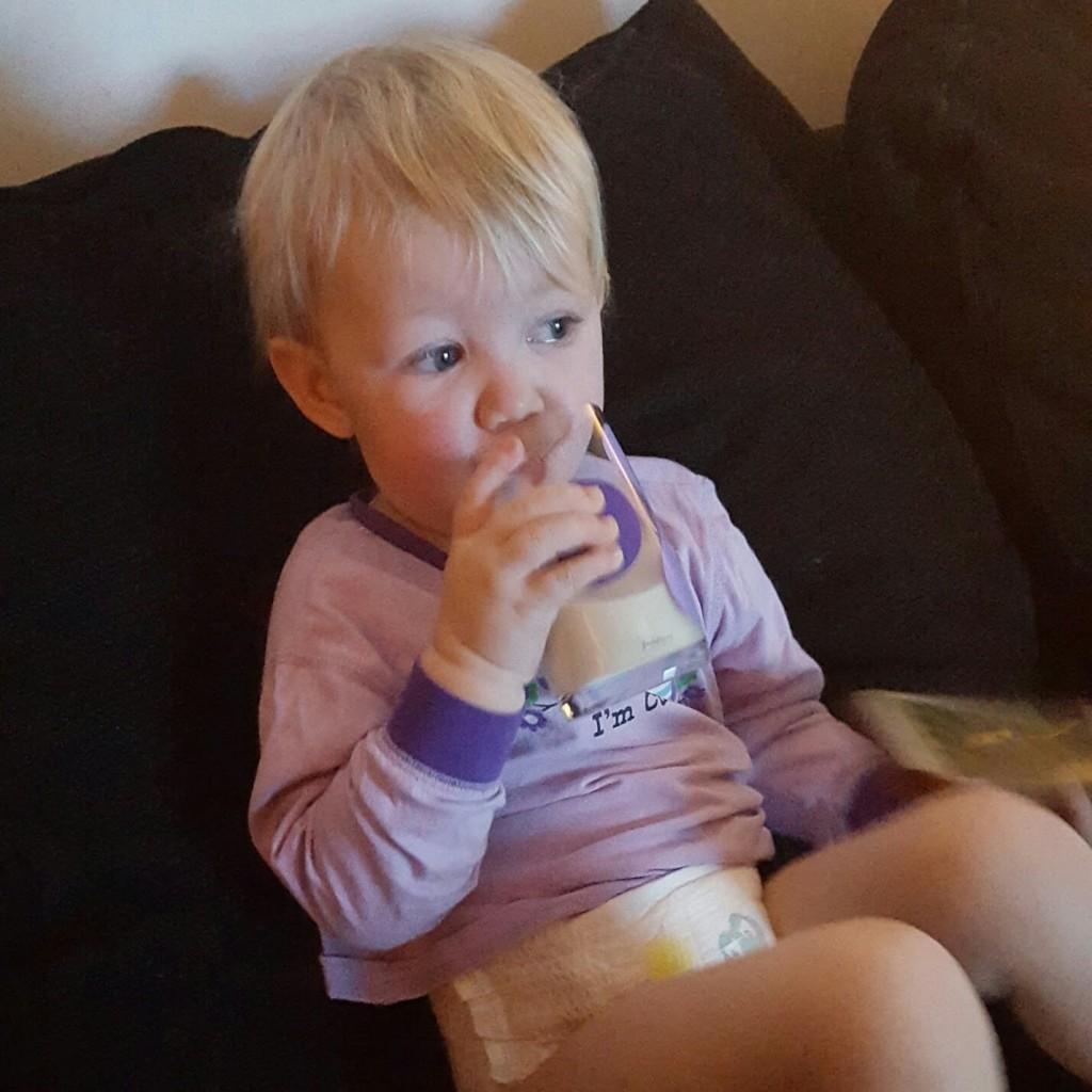 Morgonmjölk i soffan